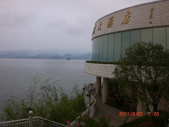 Qiandao Lake Sunshine Hotel : 酒店坐落在千岛湖边,外侧就是碧波荡漾的千岛湖