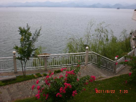 Qiandao Lake Sunshine Hotel : 在酒店小径上漫步,很悠闲