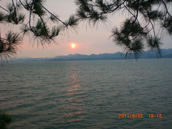 Qiandao Lake Sunshine Hotel : 夕阳西下,在酒店旁的走廊上远眺青山和绿水