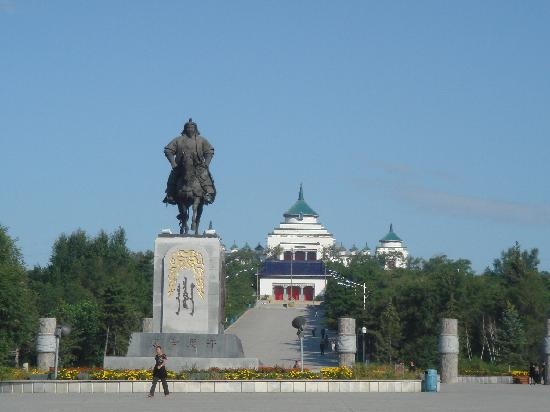 Genghis Khan Temple: 成吉思汗庙前