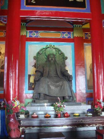 Genghis Khan Temple: 贴金铜像
