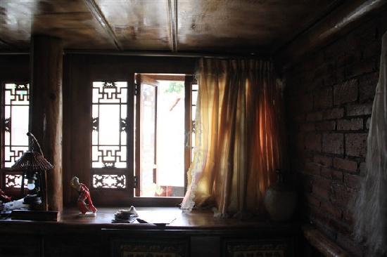 Zhangdi Simen Inn: 房间里面的台面,灯未开,有点暗