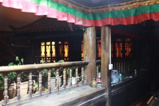 Zhangdi Simen Inn: 房间外的走廊,可以看书听歌