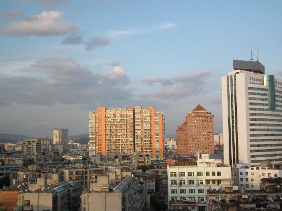 Hanting Express Kunming Beijing Road: 窗外的风景,昆明的天真的很漂亮