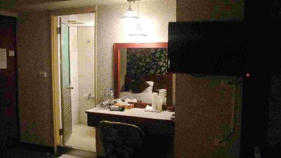 Gene Long Haiy Att Hotel : 挂壁电视. 台湾的确很多新闻台