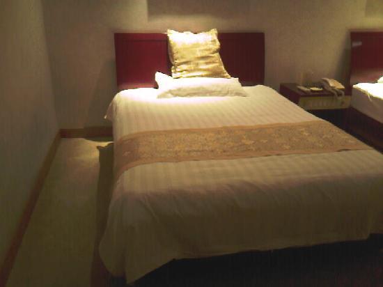 Runjia Hotel: 床挺大