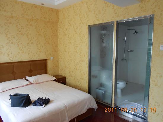 Golden Inn (Beijing Tonghuayuan) : 这个单人间电视电脑一体,非常方便。
