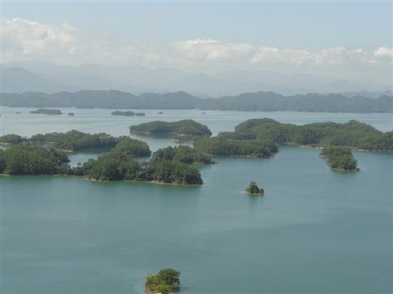 Chun'an Qiandaohu Nongfushanquan Production Base: 千岛湖的美丽景色