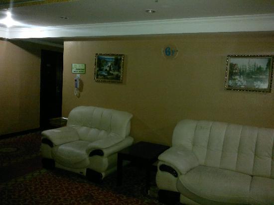 Dihao Business Hotel: 楼层过道休息区