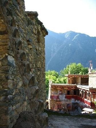 Danba County, จีน: 屋顶的独木梯,很独特很结实