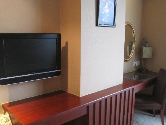 King Kong Garden Hotel : 电视和工作台