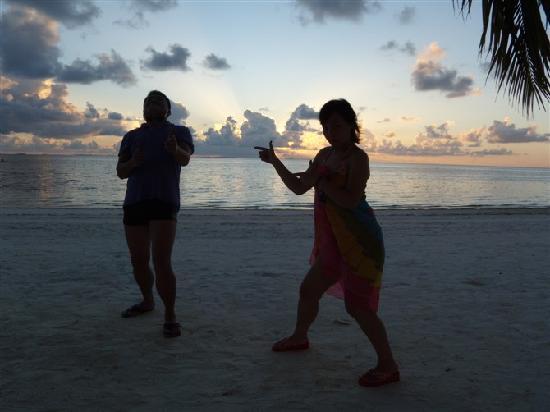 Maldive Victory: 在沙滩 像孩子般嬉戏 便是满足!~