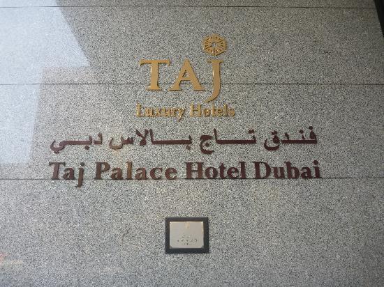 Jood Palace Hotel Dubai : 酒店门口墙上的牌子