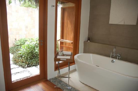 Baros Maldives: 房间卫浴很清爽舒适