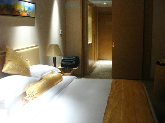 Sea View Hotel Hangzhou Bay: 房间不算大,说是五星级的行政楼层有点勉强