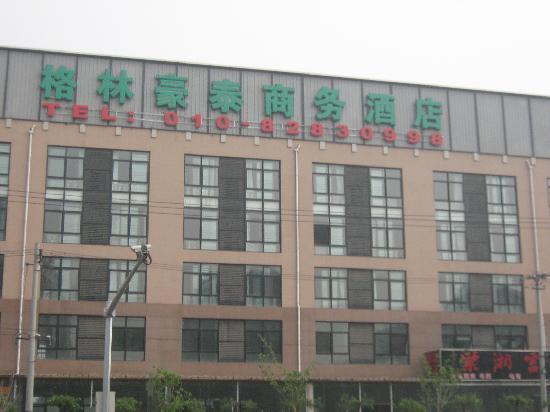 GreenTree Inn Beijing Lincui Road Business Hotel: 酒店外观,在路东