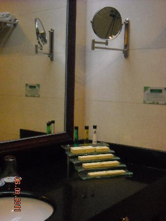 Karst Hotel Guizhou: 放洗漱用品的玻璃小几
