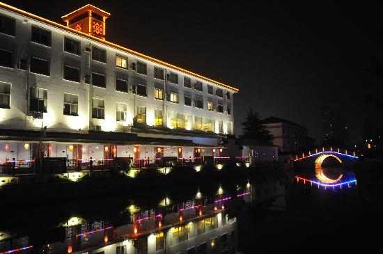 Guohe Holiday Hotel: 酒店夜景
