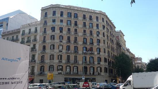 Barcelona City Hotel Universal: 酒店所在大楼的外观
