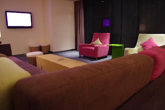 อลอฟท์ ปักกิ่ง ไห่เตี้ยน: Living room in Corner Suite