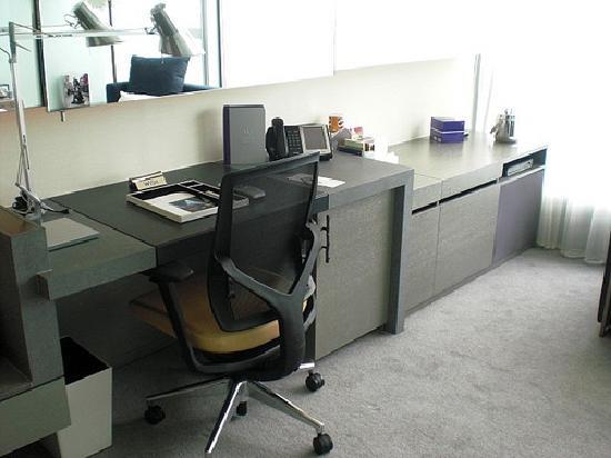 ดับเบิ้ลยู ฮ่องกง: W Hong Kong; Oversized writing desk