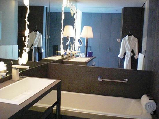 ดับเบิ้ลยู ฮ่องกง: W Hong Kong; Separate bathtub