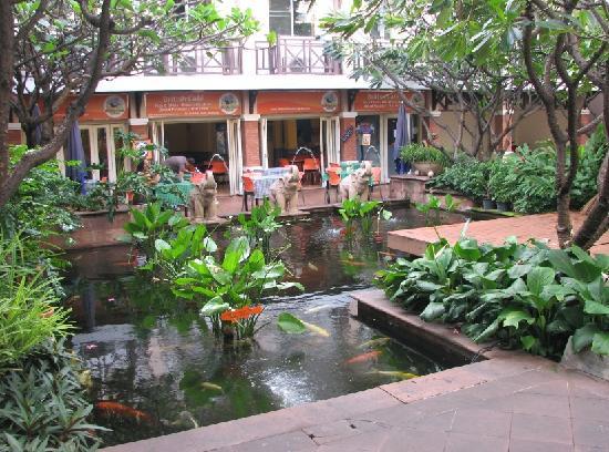 โรงแรมรามบุตรี วิลเลจ: 酒店前面的小花园