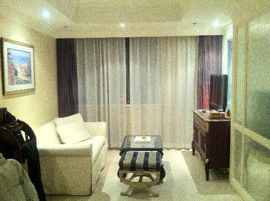 Jinyu Hotel: 小套房的小客厅