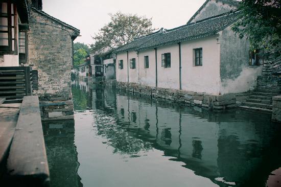 Zhouzhuang Water Town: 拍这么一张照片至少等了有半个小时,然后迅速用半秒钟按快门。。半秒之后人潮又淹没了风景。