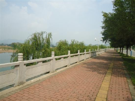 Huayuan Holiday Hotel: 酒店前江边