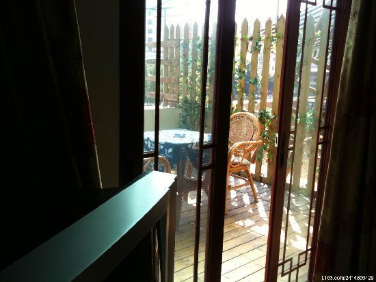 Riverside Hostel: 从屋子里看阳台