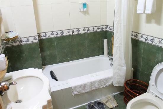 Rosewood Inn: 浴室