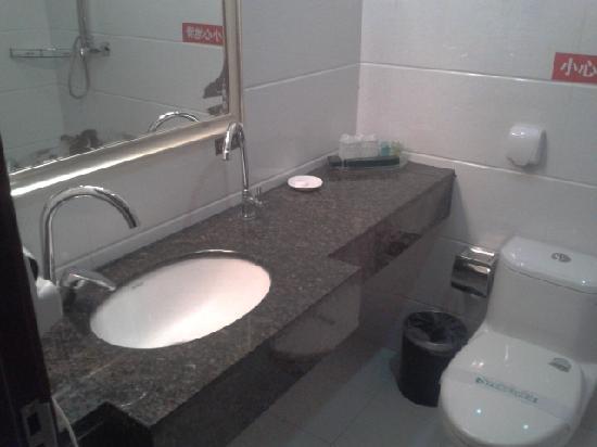 Zhengfu Hotel: 洗手间,还有饮用水龙头