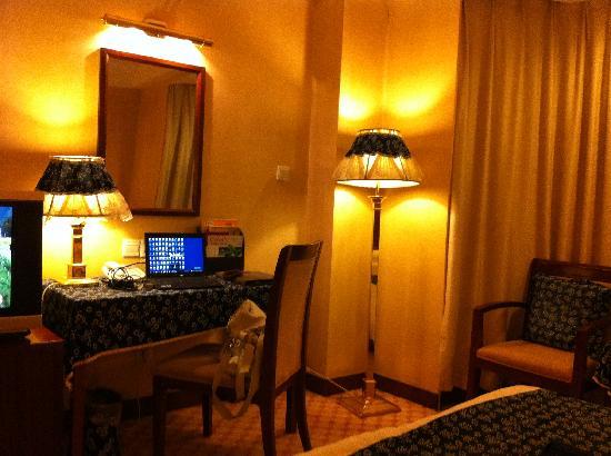 Rong Hua Hotel : 房间全貌,土布蓝花的装饰还算过得去