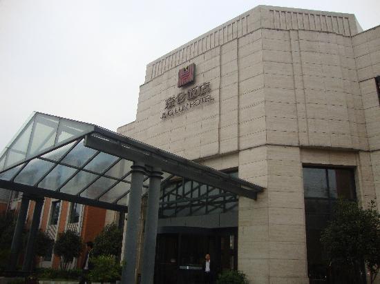 Jinglun Hotel: 酒店门口的小玻璃屋很有特色