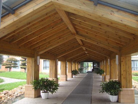 Jinglun Hotel: 连接两栋楼的木屋顶走廊