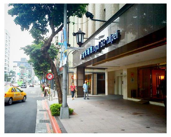Royal Biz Taipei: 临街的店门