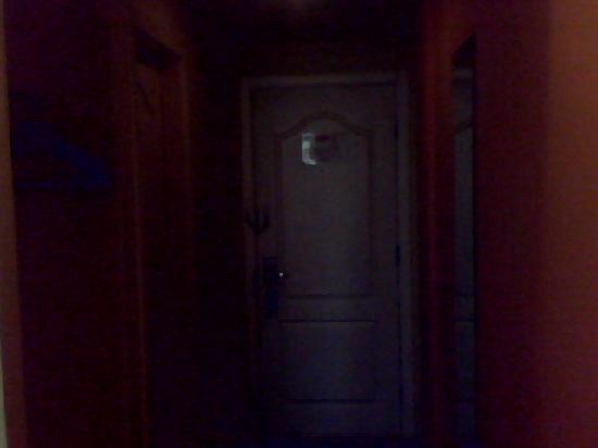 Home Inn (Beijing Anzhen): 房间内看房门方向,有衣帽橱和卫生间