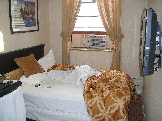 The Frederick Hotel: Small and smelling room