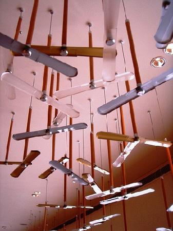Hotel Royal Chiao Hsi: 酒店大堂上的竹蜻蜓装置艺术品