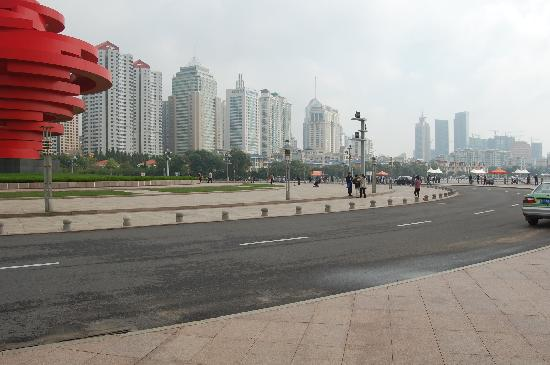 May Fourth Square: 向左走