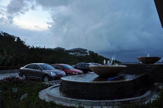 Boao State Guesthouse: 纳沙过后带来的大量云团飘赤酒店上空,暴风雨后显得格外宁静;远处是总统别墅。
