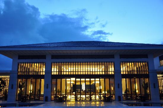 Boao State Guesthouse: 从大堂外面的草坪上看回来