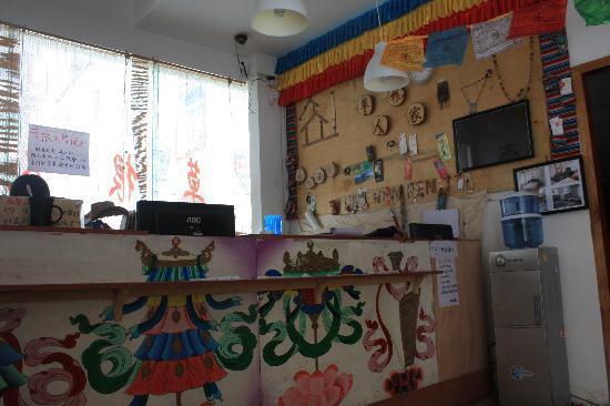 Jiuzhaigou Grass Roots Youth Hostel: 前台
