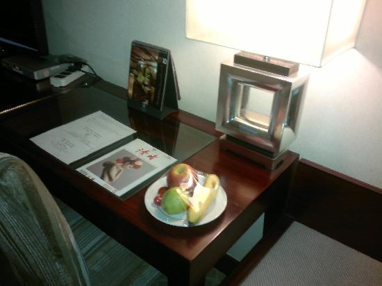 Legend Hotel: 桌上的果盘和杂志