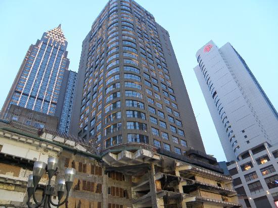 Jiefang Monument: 解放碑后的大厦,重点是底层,很吓人。
