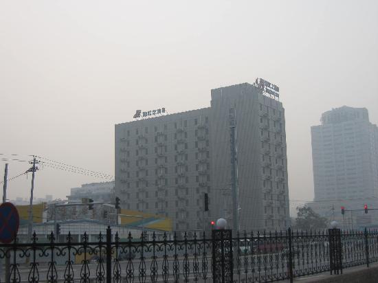 Da Fang Hotel: 站在饭店门前向南看