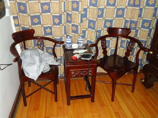 Longyuan Hostel : 两个奇怪的红木椅子