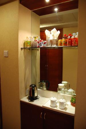 Hua Chen International Hotel: 屋内小吧台+烧水壶