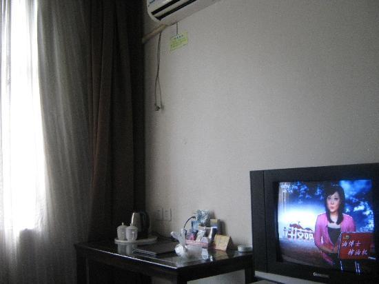 π Hotel Chengdu Railway North Station : 空调电视齐全,房间较小。